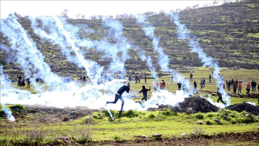 إصابة 20 متظاهرًا فلسطينيًا بالرصاص وقنابل الغاز شرقي غزة