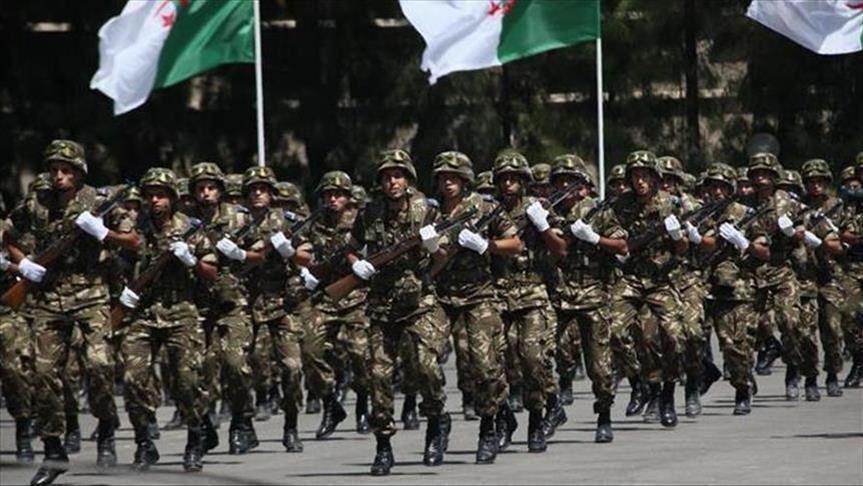 الجزائر.. احتفالات لعناصر شرطة عقب احتجاجات الجمعة الرابعة